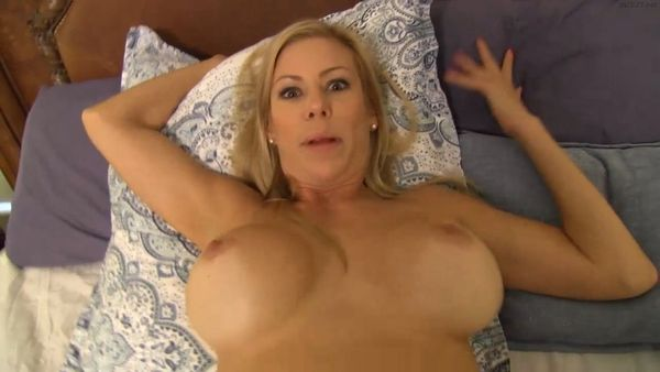 Nackt Hausputz mit Puma Babe Alexis Fawx